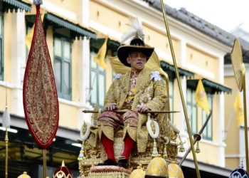 Le Roi de Thaïlande conduit à travers Bangkok lors d'une procession très soignée
