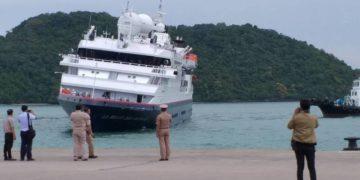 Un bateau de croisière français remorqué jusqu'à la rive après avoir échoué près de Koh Phi Phi