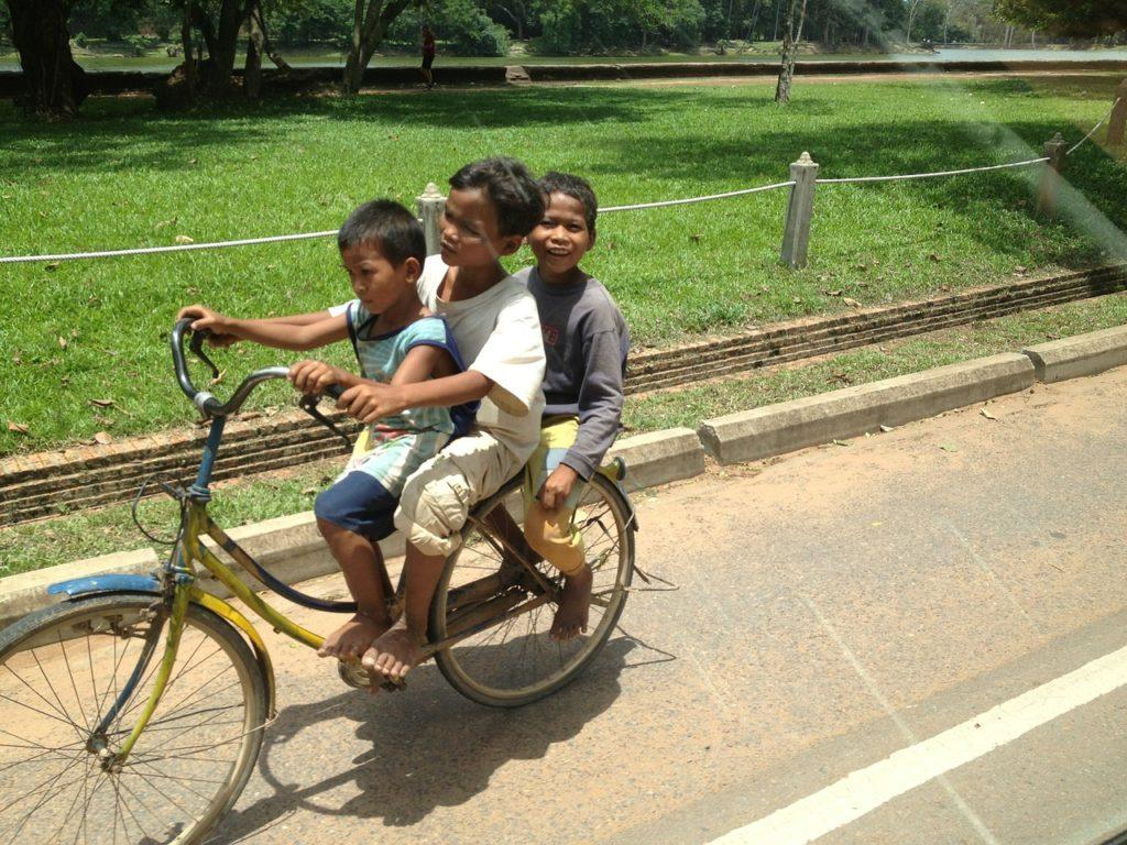 Cambodge : une piste cyclable en construction autour du parc archéologique d'Angkor