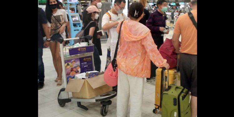 Coronavirus : un Chinois salué pour avoir distribué des masques à l'aéroport de Bangkok
