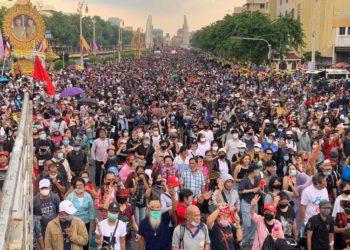 Thaïlande : les manifestations se durcissent, des leaders arrêtés et « l'état d'urgence grave » déclaré à Bangkok