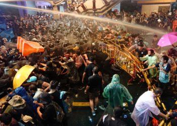 Manifestations en Thaïlande : la police fait usage de canons à eau à Bangkok pour disperser les opposants vendredi soir