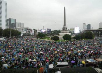 Manifestations en Thaïlande : les opposants au gouvernement se rassemblent à Bangkok pour la cinquième journée consécutive, bravant l'état d'urgence renforcé