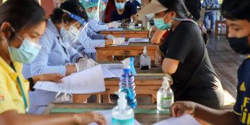 Thaïlande : la nouvelle recrudescence de Covid-19 pourrait coûter jusqu'à 60 milliards de bahts en dommages économiques, si elle n'est pas maîtrisée dans un délai d'un mois