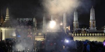 Thaïlande : affrontements entre manifestants prodémocratie et police près du Grand Palais de Bangkok samedi soir