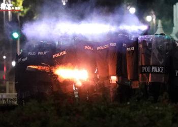 Gaz lacrymogènes, canons à eau et balles en caoutchouc, un rassemblement antigouvernemental tourne à nouveau aux affrontements entre la police thaïlandaise et les manifestants à Bangkok
