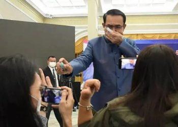 Thaïlande : irrité par une question des journalistes, le Premier ministre Prayut Chan-o-cha les asperge de désinfectant